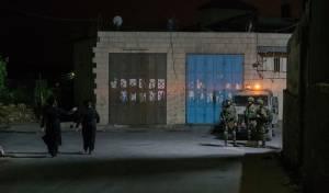 """מתפללים וכוחות צה""""ל בכפר כיפך חארת'. ארכיון - כאלף מתפללים נכנסו לקבר יהושע בן נון"""