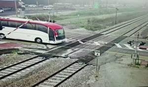 צפו: הרכבת כמעט נכנסה באוטובוס שנתקע