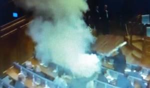התקרית במליאת הפרלמנט - ריססו גז מדמיע בפרלמנט ופוצצו את הדיון
