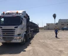 משאית ענק עם מטען חורג הורדה מהכביש