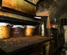 תיעוד נדיר: המערה הסודית בה מכינים קוגל
