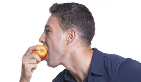 אילוסטרציה. למצולם אין קשר לתוכן הידיעה - די.אן.איי: פורץ נגס בתפוח - והוביל להסגרתו