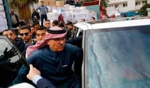 המהומה בביקור השגריר - בכיר קטארי תרם מיליונים לעזתים - והותקף