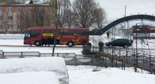 ראשוני האוטובוסים מגיעים לבית העלמין