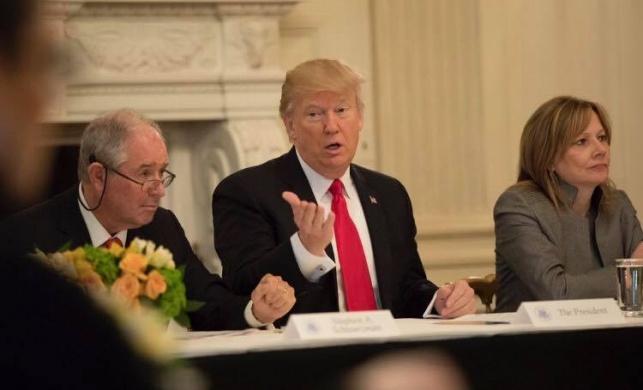 """הצטלמה עם """"ראשו של טראמפ"""" ופוטרה"""