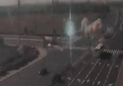 תיעוד דרמטי: טיל פוגע ומפספס את הרכבים
