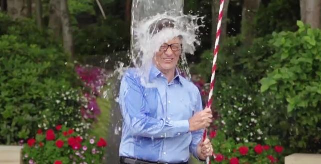 ביל גייטס מבצע את אתגר דלי הקרח, בהוראת צוקרברג