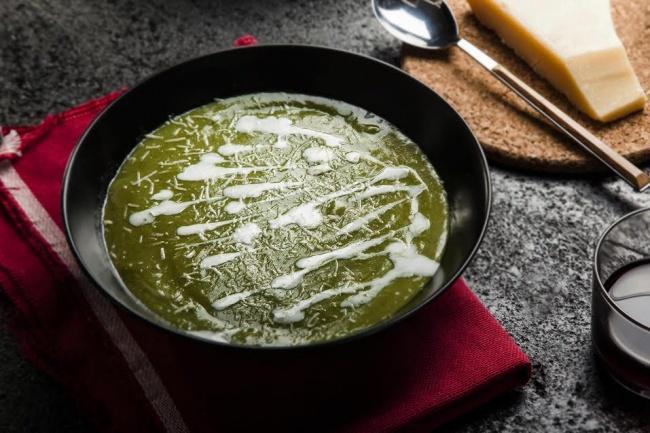 מרק ברוקולי וכרישה בצבע עז ומלא בריאות