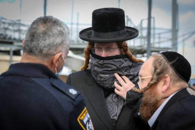 הרבי מקאליב בשיחה עם המשטרה