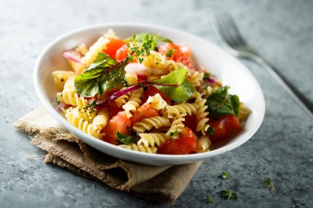 פסטה פרימוורה עם מלא ירקות וצבעוניות שקשה לעמוד בפניה