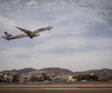מטוס ממריא משדה התעופה הישן לפני סגירתו
