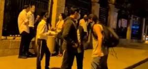 במהלך מחאה נגד נתניהו: מפגין נוגח בפניו של צעיר חרדי