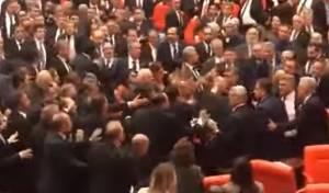 """צפו: החברים בפרלמנט הטורקי """"הלכו מכות"""""""
