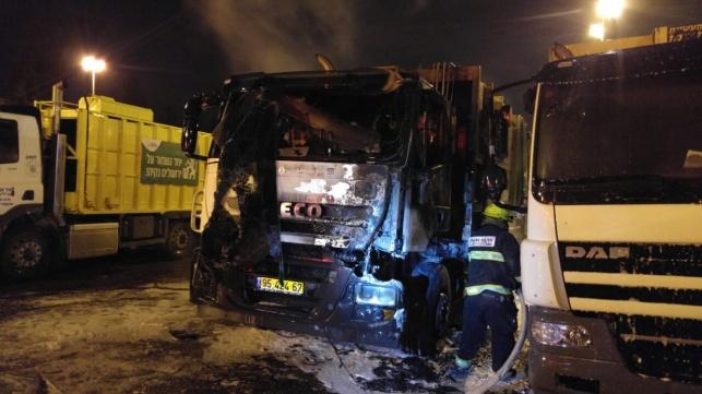 2 משאיות אשפה של עיריית י-ם עלו באש