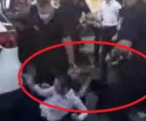 המפגין הצעיר כמעט ונדרס; השוטר הציל אותו • צפו