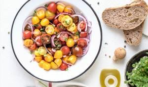 סלט עגבניות שרי אדומות וצהובות
