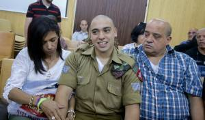 אזריה בבית המשפט עם הוריו