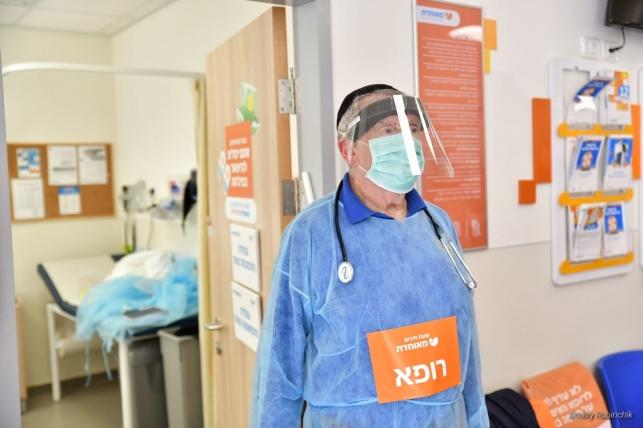 רופא במרפאות מאוחדת עם ציוד המיגון