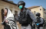 שוטרים אוכפים את הוראות משרד הבריאות