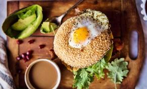 איך להגיש ארוחת בוקר שלמה בבייגל אחד - צפו: להגיש ארוחת בוקר שלמה בבייגל אחד
