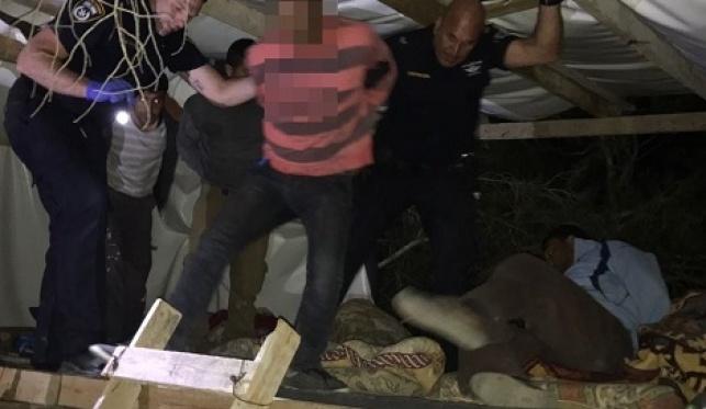 עשרות פלסטינים ישנו בתוך מבני עץ בחיפה