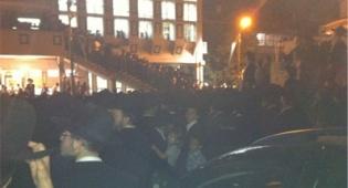 """ההמונים הערב בהלווייה ליד ביהכנ""""ס לדרמן"""