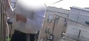 """ב""""ב: ילד טיפס על בניין ותלש שלט 'עץ' • צפו"""