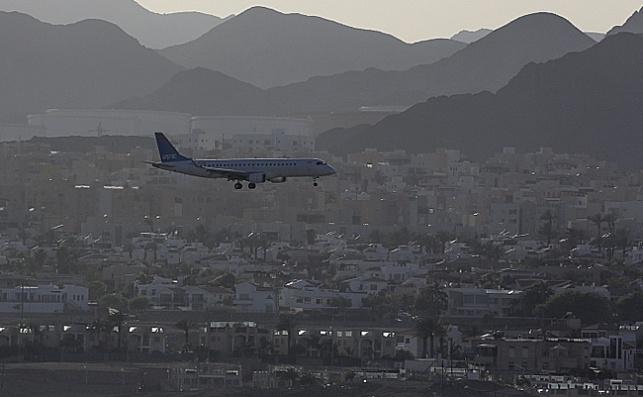 מטוס מעל העיר אילת. אילוסטרציה