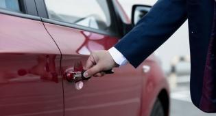 הפגיעה מהדלת מהווה תאונת דרכים כהגדרתה בחוק. אילוסטרציה - נחבל כשפתח את דלת הרכב – הפניקס תפצה