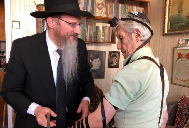 תיעוד מרגש: הניח תפילין לראשונה בגיל 93