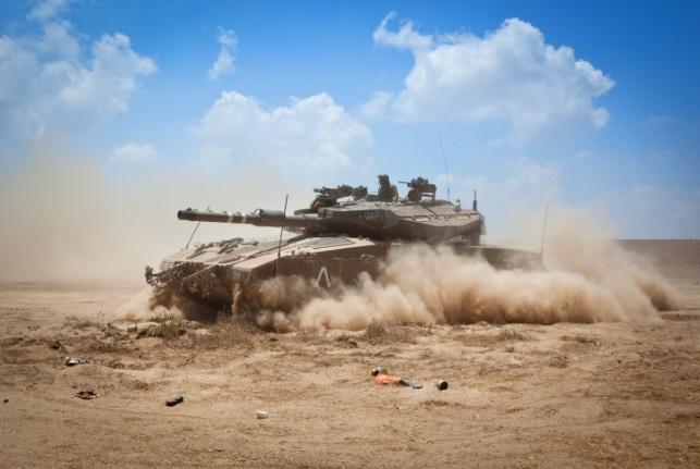 """צה""""ל תקף בטנקים עמדות של חמאס בעזה"""