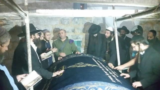 לראשונה מההצתה: מתפללים בקבר יוסף