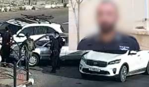 השוטר על רקע זירת הפיגוע