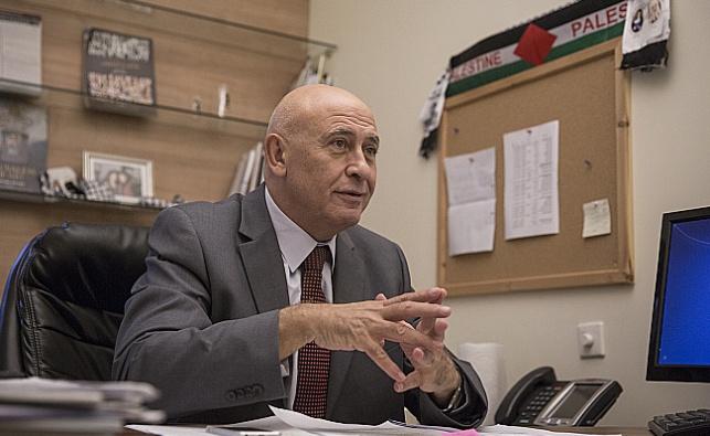 גאטס בלשכתו בכנסת כשדגל פלסטין תלוי לצדו