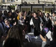 נשות הכותל. ארכיון - מאות בנות ניסו למנוע פרובוקציה בכותל