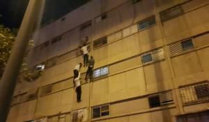 אש בבית: בני המשפחה נמלטו מהחלון. צפו