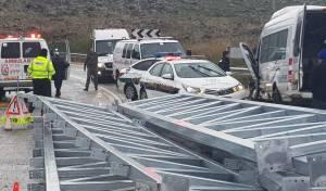 חלקי גשר נפלו ממשאית - 8 תיירים נפצעו
