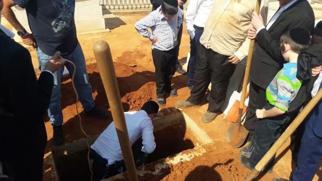 תיעוד ראשון: הכנת הקבר לרבי ניסים קרליץ