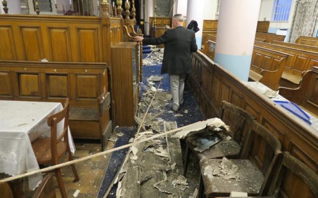 בן 97 שנים: תקרת בית כנסת בלונדון - קרסה