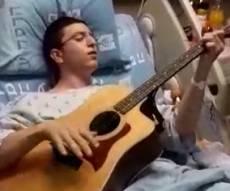 פצוע הפיגוע שר וניגן בבית החולים • צפו