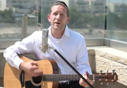 דוד לעווי בביצוע אקוסטי חדש: 'עושה שלום'