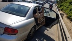צפו: נהג הרכב הוביל ספסל עם דלת פתוחה