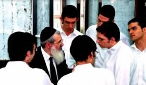 תלמידי בית מתתיהו עם ראש הישיבה
