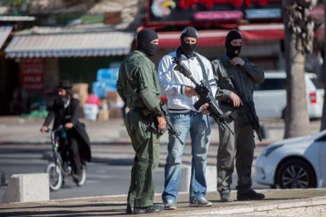 כוחות ביטחון בזירת פיגוע בשער שכם - קורבנות גל הטרור: 33 הרוגים, 344 פצועים