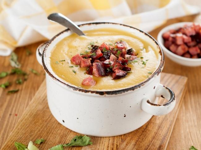 מרק תפוחי אדמה ושעועית עם קוביות קבנוס