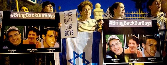 מפגינים נושאים את תמונות החטופים
