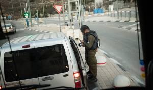 """בידוק במחסום. אילוסטרציה - אישום: קצין מג""""ב העביר פלסטינית ללא בידוק"""