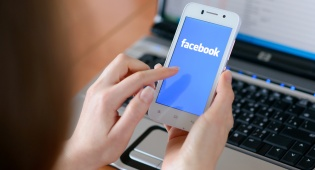 חשד: גלשה בפייסבוק כשבתה טבעה למוות