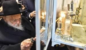 """תיעוד: מרן הגר""""ח קנייבסקי בהדלקת הנרות"""
