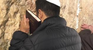 תיעוד: הזמר עידן יניב בתפילה בכותל המערבי